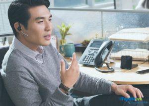Sử dụng tai nghe khi gọi điện thoại